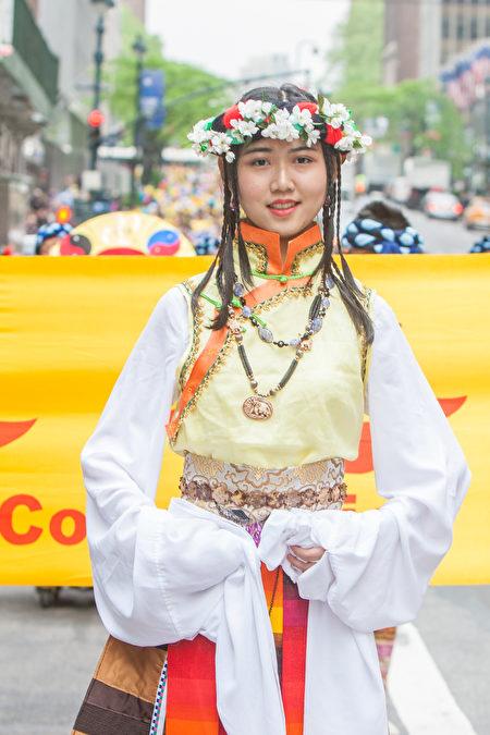 金明鋒為紐約法輪功遊行設計和製作的民族服裝。 (金明鋒提供)