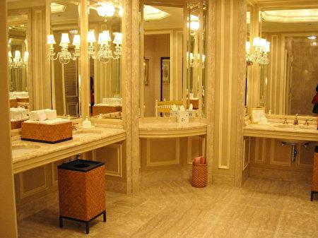 日本有不少高速公路服務區的公共廁所裡設置了女性專用的化妝室。(網絡圖片)