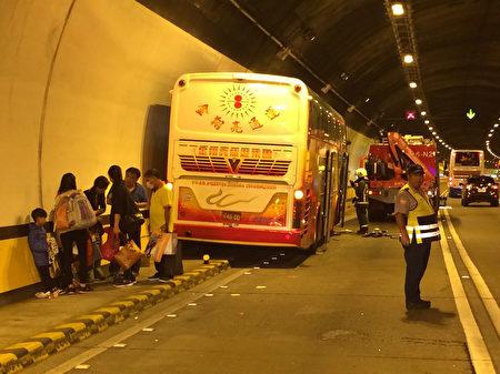國道3號嘉義市蘭潭隧道內,6日清晨7時56分發生遊覽 車擦撞意外,造成31名乘客輕重傷,其中1名61歲女性 傷勢較重,無生命危險。(嘉義市消防局提供/中央社)