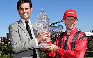 MELBOURNE, AUSTRALIA - OCTOBER 29:  Trainer James Cummings and Glyn Schofield pose with trophy after Prized Icon won Race 7, AAMi Victoria Derby on Derby Day at Flemington Racecourse on October 29, 2016 in Melbourne, Australia.  (Photo by Vince Caligiuri/Getty Images)