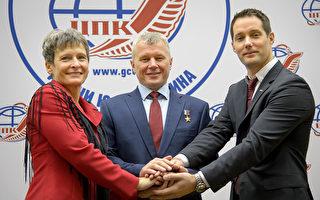 圖為11月16日法國宇航員托馬斯·佩斯凱(Thomas Pesquet) 右在俄羅斯與美國宇航員佩吉∙惠斯頓(Peggy Whitson)左和 俄羅斯宇航員Oleg Novitskiy合照。 (Bill Ingalls/NASA via Getty Images)