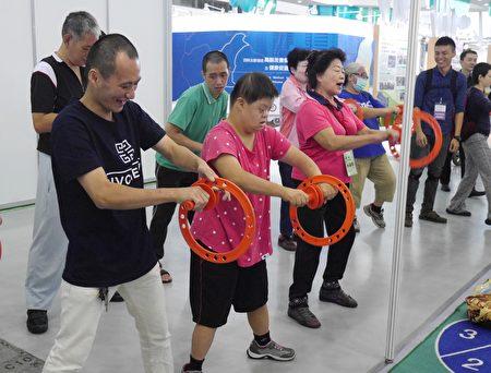 民眾利用簡單的輔具增加活動力,也營造出團體的趣味性。(方金媛/大紀元)