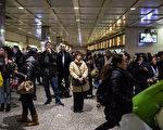 纽约宾州车站(Penn Station)等待出发的乘客。 (Andrew Burton/Getty Images)