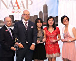 亞裔專業人士協會(NAAAP)波士頓分會會長Jesse Nandhavan(左二)頒獎對該會有特殊貢獻的4位會員:Jim Fong(左一)、Suwan Lee(左三起)、劉晴及Iyleen Ismail。(NAAAP提供)
