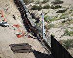 候任總統川普表示,美墨邊境的牆還是要建的,但允許在一些地方建圍欄。 (John Moore/Getty Images)