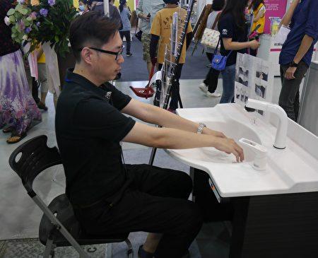 福樂多公司「友善電動升降洗臉台」,伸縮範圍65cm~105cm,具記憶功能,防危險裝置,適合各年齡層使用。 (方金媛/大紀元)