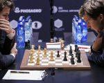 「世界棋王」卡爾森(左)和挑戰者卡爾亞金(右)在比賽中。 (KENA BETANCUR/AFP/Getty Images)
