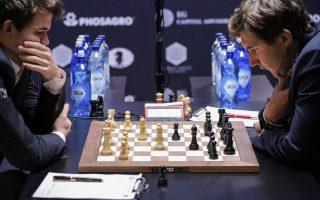 """""""世界棋王""""卡尔森(左)和挑战者卡尔亚金(右)在比赛中。 (KENA BETANCUR/AFP/Getty Images)"""