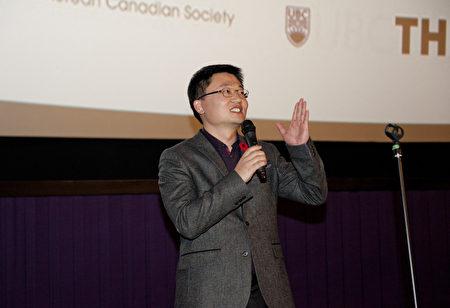 圖:溫哥華華人導演李雲翔在電影放映後,與觀眾熱烈互動。 (大宇/大紀元)