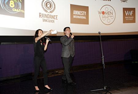 图:温哥华华人导演李云翔在电影放映后,与观众热烈互动。 (大宇/大纪元)