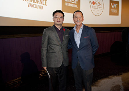 图:温哥华华人导演李云翔在电影放映后,与雄狮奖总裁Walter Daroshin(右)合影。 (大宇/大纪元)
