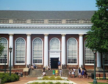 在弗吉尼亚大学,非本州居民在2016-2017学年的学费和其他费用是45,066美元,而该州学生的费用仅为15,722美元 。(维基百科公有领域)