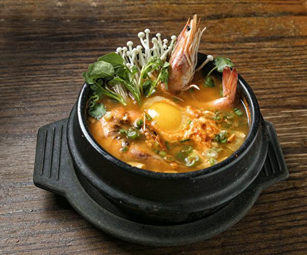 HAN BAT鲜味浓郁的豆腐煲,海鲜非常丰富。(张学慧/大纪元)