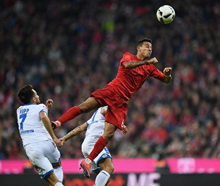 拜仁在主场被霍芬海姆1-1逼平。图为两队球员拼抢瞬间。 (Matthias Hangst/Bongarts/Getty Images)
