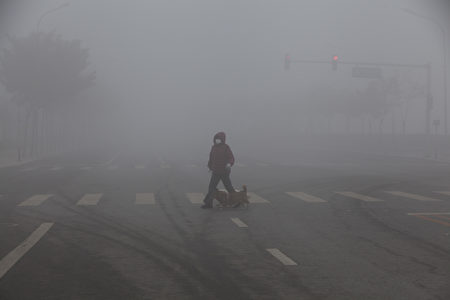 2016年11月04日,北京被陰霾籠罩,圖為北京東單附近街頭。(大紀元資料室)