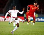世預賽亞洲12強小組賽第五輪,中國隊在主場0-0戰平卡塔爾。圖為雙方球員拼搶瞬間。 (STRINGER/AFP/Getty Images)