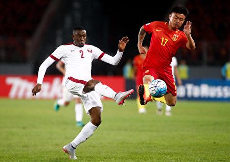 世预赛亚洲12强小组赛第五轮,中国队在主场0-0战平卡塔尔。图为双方球员拼抢瞬间。 (STRINGER/AFP/Getty Images)