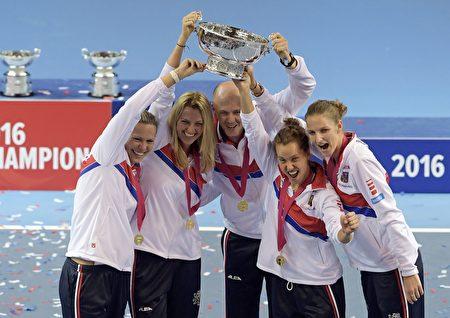 016年联合会杯决赛中,捷克女子网球队以3-2战胜法国队,成功卫冕,这是她们近六年来第五次捧杯。(PATRICK HERTZOG/AFP/Getty Images)