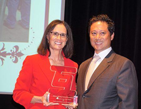 华人互助会第35届筹款会上,执行主任Dennis Mondero给伊州总检察长Lisa Madigan颁奖。(唐明镜/大纪元)