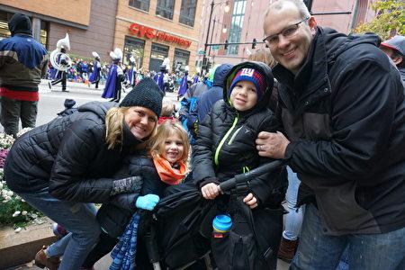 居住在芝加哥西郊Oak Park 的Ben Sproat(右)一家连续观看芝加哥感恩节游行15年。(唐明镜/大纪元)