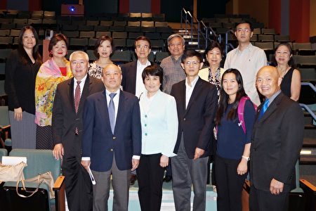 圖:物理教授郗小星(前排右3)、水文專家陈霞芬(前排右4)、國家安全法業務部主席鄧錦明(前排右6)和主辦方合影。(易永琦/大紀元)