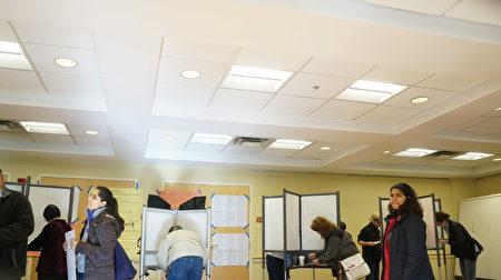 """波士顿""""中国城""""总统大选投票点大厅,选民认真投下神圣一票。(贝拉/大纪元)"""