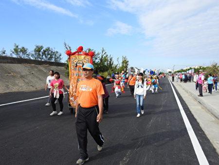 重寮国小隍将舞参与管乐踩街嘉年华,沿途吸引许多游客的目光。(蔡上海/大纪元)