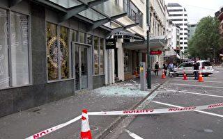 商店門前的擋雨玻璃被震掉。(肖笑/大紀元)