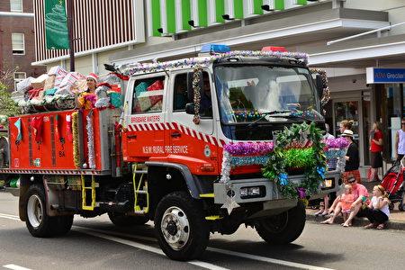 满载圣诞礼物的新州乡村消防车(简沐/大纪元)