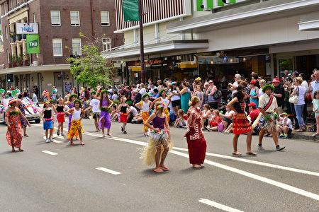 小学生们身穿不同民族的服饰体现多元文化(简沐/大纪元)