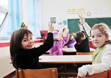 美国一家关注儿童健康的民间组织倡议,不满13岁的儿童应被禁止使用智能手机。(Fotolia)