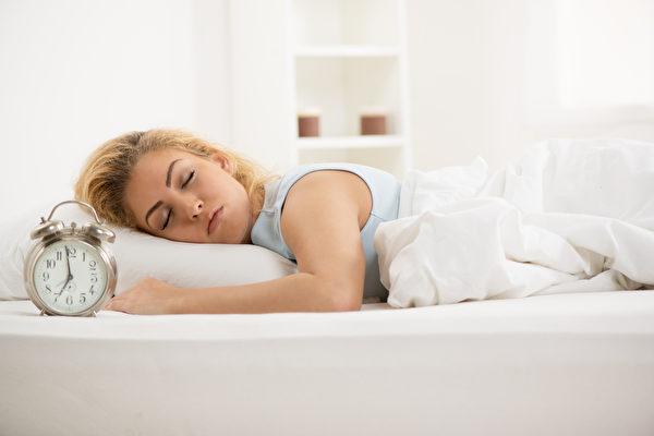 专家表示,为了安全起见,人们不应该叫醒正在梦游的人,而是应该引导他们回床上睡觉。图为一名女子在睡觉。(Fotolia)