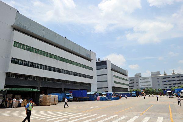 近日市場傳聞,鴻海正在評估將組裝蘋果手機生產線,由中國轉移到美國的可能性。圖為鴻海(富士康)在深圳的工廠。(VOISHMEL/AFP/Getty Images)