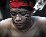巴西官员于2016年11月18日表示,罗赖马州的亚诺玛米雨林部落土著,射杀了6名进入亚马逊丛林盗采金矿的人。本图为与世隔绝的亚诺玛米部落土著。(LEO RAMIREZ/AFP/GettyImages)