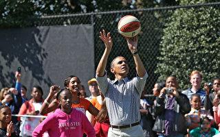 奥巴马自2008年选举以来就保持一个传统,即每到选举日便要来一场篮球赛,这次2016大选也不列外。周二早上8点前,奥巴马就离开白宫,出门与朋友打篮球了。图为奥巴马打篮球旧照。(Mark Wilson/Getty Images)