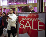 2015年感恩节后的黑色星期五,许多顾客在Macy's百货位于纽约Herald Square的旗舰店内内购物。(Getty Images)