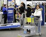 """为了满足消费者网上购物的需求,今年许多大型零售商将实体店""""黑色星期五""""的促销商品,开放在网络购物平台。(Joshua Lott/Getty Images)"""
