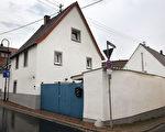 图为川普祖父曾经在Kallstadt居住过的房子。(DANIEL ROLAND/AFP/Getty Images)