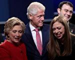 2016年9月26日,第一次總統辯論會後,克林頓一家三口與現場選民互動。 (Drew Angerer/Getty Images)