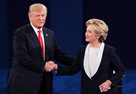 10月9日,密蘇里州聖路易斯,川普(左)和希拉里參加第二場美國總統大選電視辯論會。 (Scott Olson/Getty Images)