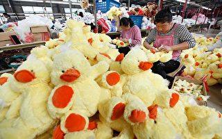 江蘇連雲港一家玩具廠的工人在製作玩具。(STR/AFP/Getty Images)