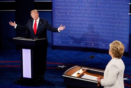 顶着巨大压力,川普于10月19日参加了与希拉里的末场辩论,并再次为自己对女性的不雅言论道歉。 (Mark Ralston-Pool/Getty Images)