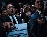在10月12日混亂的宣誓儀式上,來自青年新政的兩名新當選議員游蕙禎和梁頌恆挑戰北京,拒絕宣誓效忠中共, (Lam Yik Fei/Getty Images)