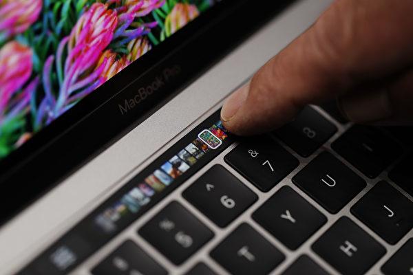 蘋果公司在2016年10月27日推出的新一代帶有觸控條的MacBook Pro。(Stephen Lam/Getty Images)