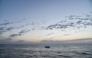 聯合國難民署發言人週四表示,北非利比亞對出海域週三深夜有兩艘難民橡皮艇先後沉沒。圖為茫茫大海上一艘難民船。(ANDREAS SOLARO/AFP/Getty Images)