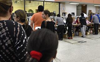 11月3日美國邁阿密,選民在一個早期投票點準備投票。(RHONA WISE/AFP/Getty Images)