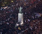 2016年11月5日晚,成千上万的韩国民众来到韩国首尔光华门广场前举行烛光集会,要求朴槿惠下台。 (ED JONES/AFP/Getty Images)