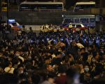 11月6日香港反释法游行后爆发警民冲突。      (ANTHONY WALLACE/AFP/Getty Images)