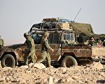 2016年11月25日,一名驻叙利亚的美国士兵在感恩节这天遭炸弹攻击殉职,美国国防部长及行动指挥官皆发表声明致哀。本图为驻叙利亚协助打击伊斯兰国组织的西方联军。(DELIL SOULEIMAN/AFP/Getty Images)