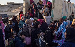 伊拉克庫爾德自治區官員於2016年11月8日表示,庫爾德部隊已於7日奪回被伊斯蘭國占領的摩蘇爾東部的巴席卡鎮。本圖為軍隊協助曾被IS占領的Gogjali居民進入收容所。(Chris McGrath/Getty Images)
